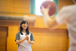 体育館でバスケットをする女子学生の写真素材 [FYI03149351]