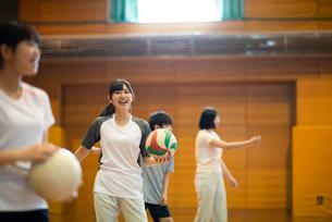 体育館でバレーの練習をする学生の写真素材 [FYI03149353]