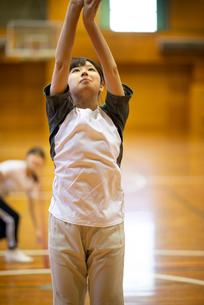 体育館で運動をする女子学生の写真素材 [FYI03149363]