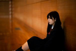 体育館で真剣な表情をする女子学生の写真素材 [FYI03149367]