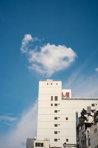 ビルの上の雲の写真素材 [FYI03149418]