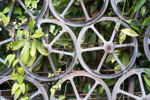 車輪で作られた柵の写真素材 [FYI03149427]