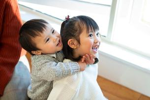 姉に抱きつく弟の写真素材 [FYI03149560]