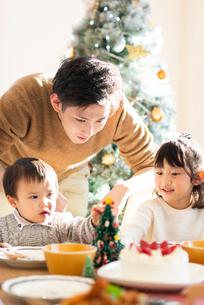 クリスマスパーティーをする家族の写真素材 [FYI03149565]