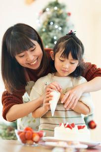 ケーキ作りをする親子の写真素材 [FYI03149593]
