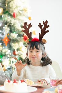 クリスマスケーキを食べる女の子の写真素材 [FYI03149617]