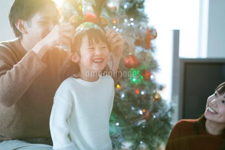 クリスマスツリーの前で微笑む親子の写真素材 [FYI03149621]