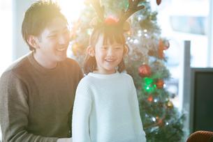 クリスマスツリーの前で微笑む親子の写真素材 [FYI03149622]