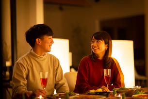 食事中に談笑をするカップルの写真素材 [FYI03149804]