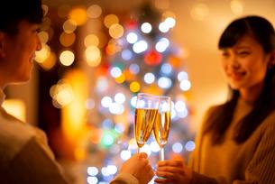 シャンパングラスで乾杯をするカップルの手元の写真素材 [FYI03149813]