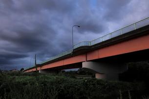 夏の黒い雨雲と赤い橋の写真素材 [FYI03149950]