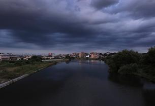 夏の黒い雨雲と川の写真素材 [FYI03149951]