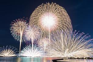 三国サンセットビーチから望む花火大会  日本 福井県 坂井市の写真素材 [FYI03150122]