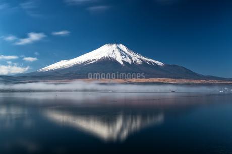 山中湖から望む富士山  日本 山梨県 山中湖村の写真素材 [FYI03150142]