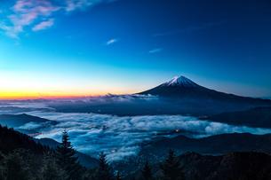 新道峠からの望む富士山  日本 山梨県 笛吹市の写真素材 [FYI03150145]