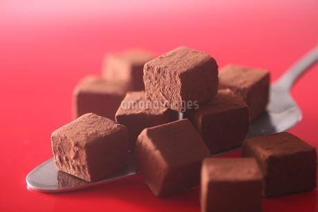 生チョコとケーキ サーバーの写真素材 [FYI03150178]