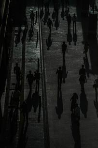 雑踏の影の写真素材 [FYI03150337]