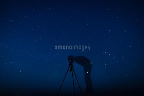 星空を撮影する男性の写真素材 [FYI03150344]