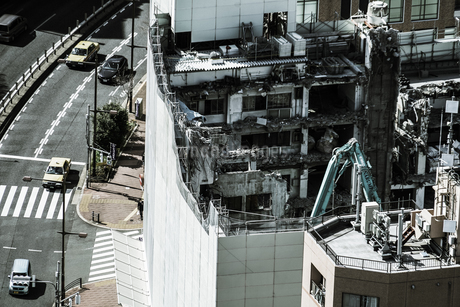 高層ビルの解体工事現場の写真素材 [FYI03150355]