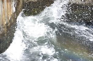 砕ける波の写真素材 [FYI03150476]