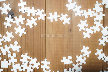 机に置かれた白いジグソーパズルの写真素材 [FYI03150515]