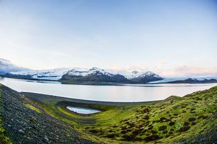 アイスランド・フィヤトルスアゥルロゥン湖の雪山の写真素材 [FYI03150520]