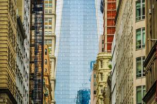 ロウアーマンハッタンから見えるワンワールドトレードセンターの写真素材 [FYI03150537]