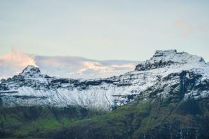 アイスランド・フィヤトルスアゥルロゥン湖の雪山の写真素材 [FYI03150539]