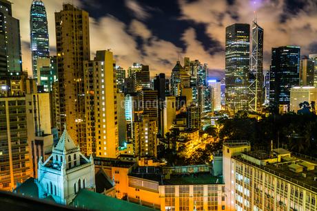 香港特別行政区の高層ビル群の夜景の写真素材 [FYI03150565]