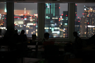 都会の夜景と人々のシルエットの写真素材 [FYI03150590]
