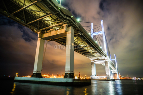 夜の横浜ベイブリッジ(大黒ふ頭から撮影)の写真素材 [FYI03150618]