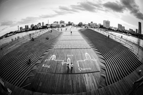 横浜大さん橋の風景(モノクロ)の写真素材 [FYI03150633]
