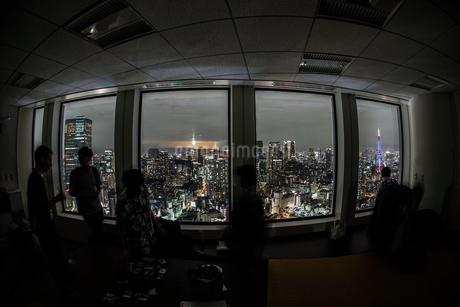 都会の夜景と人々のシルエットの写真素材 [FYI03150799]