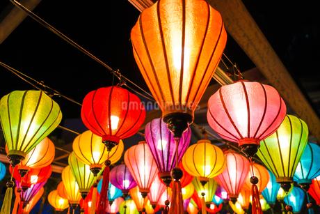 カラフルな夏祭りの提灯の写真素材 [FYI03150819]