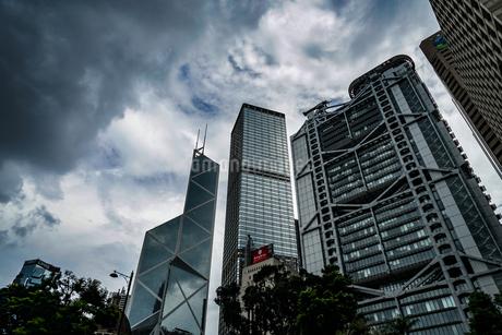 香港のビル群と曇天の空の写真素材 [FYI03150868]