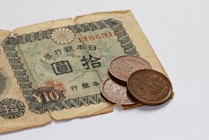 十円紙幣と十円玉の写真素材 [FYI03150967]