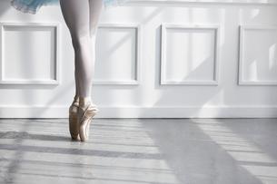 トゥシューズを履いて爪先立ちの女性の足元の写真素材 [FYI03151042]
