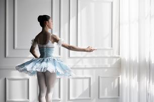 ドレスを着て佇むバレリーナの写真素材 [FYI03151045]