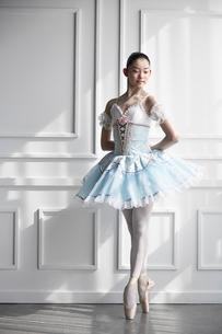 ドレスを着て佇むバレリーナの写真素材 [FYI03151047]