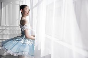 窓辺に立つバレリーナの写真素材 [FYI03151050]
