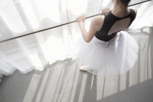 窓辺のバーを持つバレリーナの写真素材 [FYI03151061]