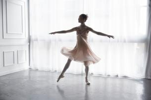 踊っているバレリーナの写真素材 [FYI03151071]