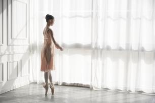 窓辺に立つバレリーナの写真素材 [FYI03151080]