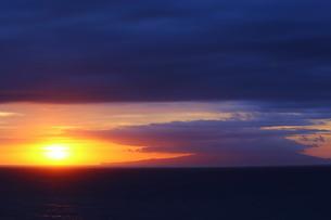 大島と日の出の写真素材 [FYI03151119]