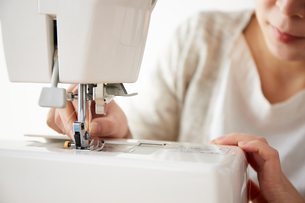 ミシンの針に糸を通す女性の写真素材 [FYI03151155]