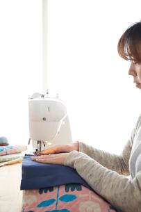 ミシンで裁縫をする女性の写真素材 [FYI03151157]