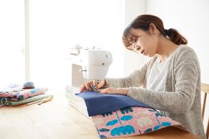 ミシンで裁縫をする女性の写真素材 [FYI03151158]