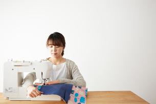 ミシンで裁縫をする女性の写真素材 [FYI03151159]