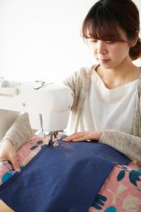 ミシンで裁縫をする女性の写真素材 [FYI03151161]
