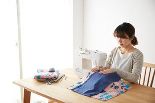 ミシンで裁縫をする女性の写真素材 [FYI03151162]